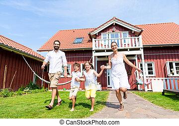 vidám család, futás, képben látható, kaszáló, előtt, épület