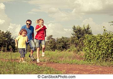 vidám család, gyalogló, az úton