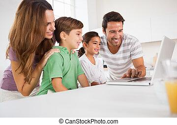 vidám család, használ, egy, laptop