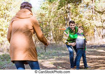 vidám család, játék, noha, frisbee