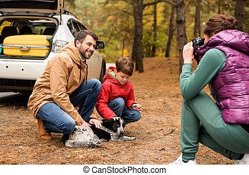 vidám család, játék, noha, kutya, alatt, erdő