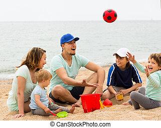 vidám család, játék, noha, labda, -ban, sandy tengerpart