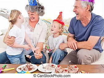 vidám család, képben látható, egy, születésnap