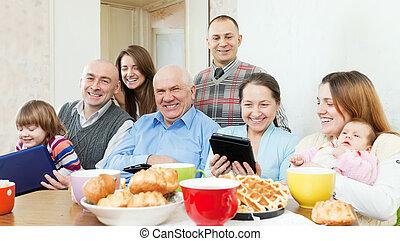 vidám család, közül, 3 nemzedék, noha, elektronikus, berendezés