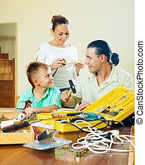 vidám család, közül, három, cselekedet, valami, noha, eszközök