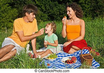 vidám család, közül, három, képben látható, piknik, alatt, kert