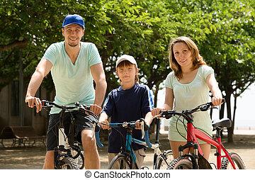 vidám család, közül, három, kerékpározás, át, város