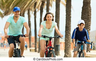 vidám család, közül, három, kerékpározás, keresztül, város