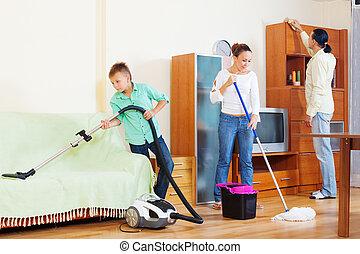 vidám család, közül, három, takarítás, alatt, nappali