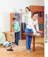 vidám család, közül, három, takarítás, alatt, otthon