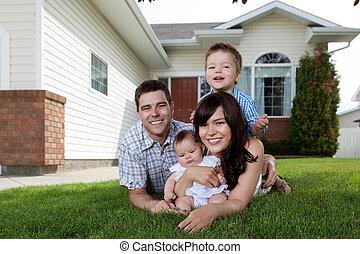 vidám család, közül, négy, elterül fű
