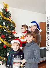 vidám család, közül, négy, noha, karácsonyfa