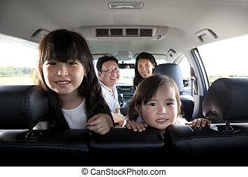 vidám család, kocsiban