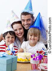 vidám család, misét celebráló, egy, születésnap