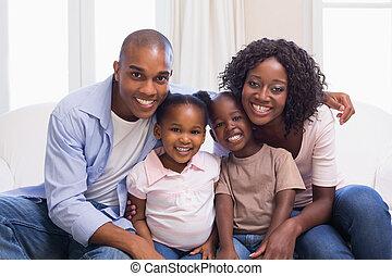 vidám család, mosolygós, fényképezőgép, együtt