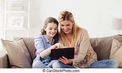 vidám család, noha, tabletta pc, otthon