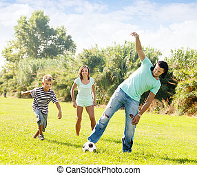vidám család, noha, tizenéves, játék, alatt, futball