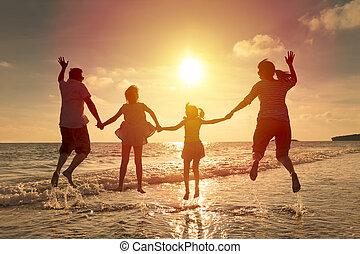 vidám család, ugrás, együtt, a parton