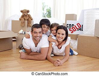 vidám család, után, vásárlás, új épület
