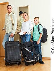 vidám család, utazó, folytatódik holiday