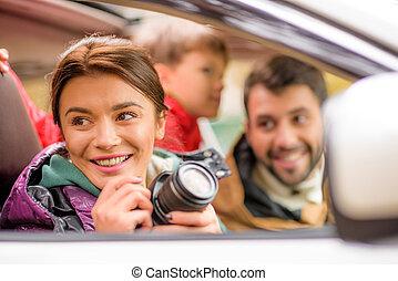 vidám család, utazik by autó