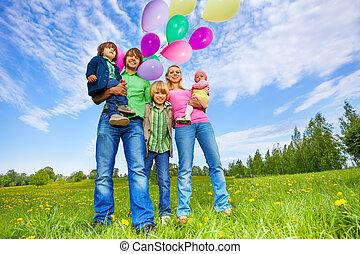 vidám család, van, noha, léggömb, dísztér