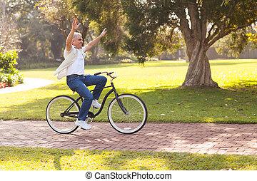 vidám, középső érlel, ember, elnyomott bicikli, szabadban