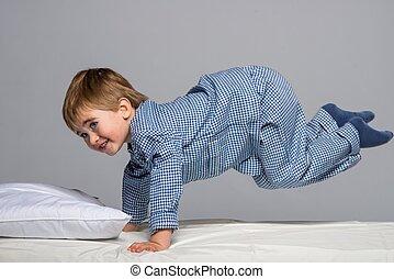 vidám, kicsi fiú, fárasztó, kék, pizsama, ágyban
