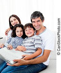 vidám, laptop, használ, pamlag, család, ülés