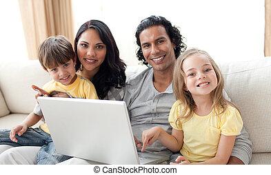 vidám, laptop, használ, pamlag, család