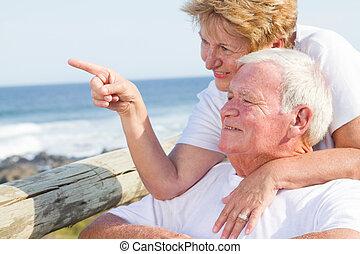 vidám párosít, idősebb ember