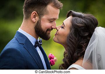 vidám párosít, közül, newlyweds, külső külső each más, alatt, egy, liget, closeup
