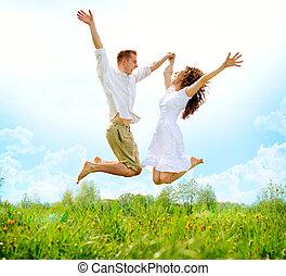 vidám párosít, outdoor., ugrás, család, képben látható, zöld...