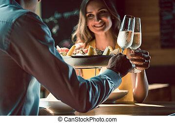 vidám párosít, szerelemben, pirítós, noha, pezsgő, közben, romantikus vacsora