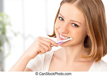 vidám woman, tisztítás, neki, fog, noha, egy, fogkefe