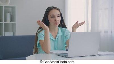 vidéo, écouteurs, jeune femme, porter, communiquer, centre, ligne, appeler, femme, conférence, ordinateur portable, business, call., informatique, parler, regarder, work., femme affaires, opérateur, bavarder, distance, bureau