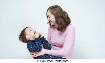 vidéo, étreindre, maman, garçon, sourire, peu