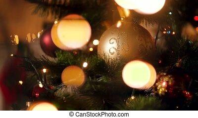 vidéo, closeup, incandescent, étincelant, babioles, sur, lumières, brouillé, arbre noël