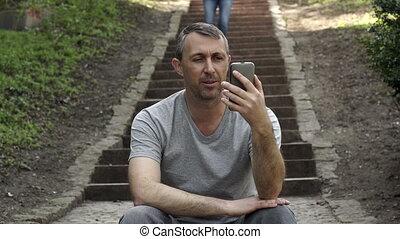 vidéo, extérieur, approches, femme, appeler, étapes, homme