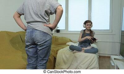 vidéo, fâché, fille, jouer, regarder, jeux, maman, elle