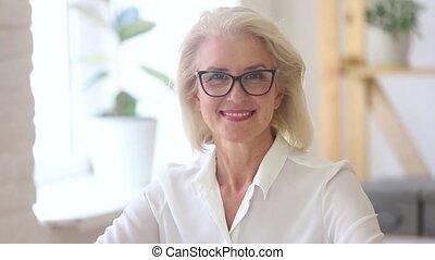 vidéo, femme affaires, regarder, confiant, appareil photo, mûrir, portrait, lunettes