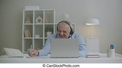vidéo, gai, pendant, quotidiennement, ordinateur portable, bavarder, portrait, bavarder, collègues, réunion ligne, homme, rire
