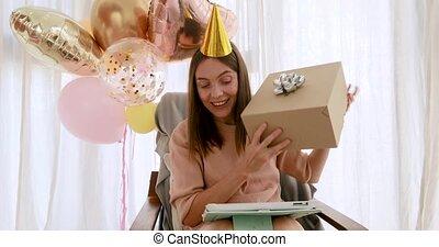 vidéo, prend, bavarder, papier brun, pourparlers, boîte, dame, émotif