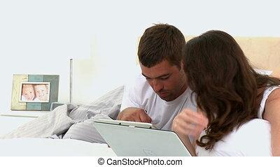 vidéo, sien, projection, épouse, tablette, ordinateur homme