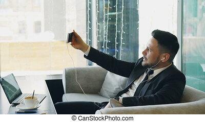 vidéo, smartphone, pouce, projection, vêtements, haut, avoir, homme affaires, appeler, pendant, ligne, lunch., café, caucasien, geste, formel