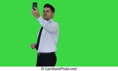 vidéo, vlog, chroma, jeune, écran, enregistrement, homme affaires, appeler, key., confection, vert, beau, ou, heureux