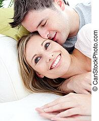 vida, amoroso, novio, el suyo, retrato, abrazar, sofá, novia, habitación