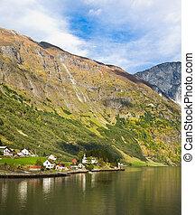 vida, en, norway:, fiordo, montañas, y, aldea