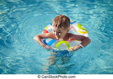 vida, feliz, pool., natação, menino, desfrutando, anel