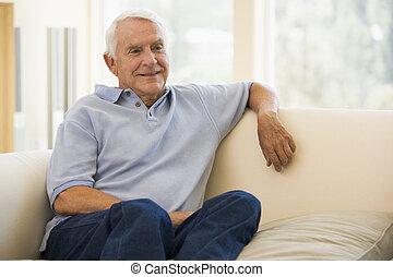 vida, hombre sonriente, habitación, sentado